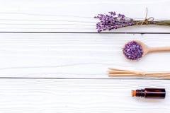 Aromatherapy dla relaksuje pojęcie Lawendy gałąź, zdrój sól i olej na białym drewnianym tło odgórnego widoku copyspace, Zdjęcie Royalty Free