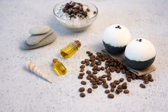 Aromatherapy e conceito dos termas Sal dos termas com perfume do café perto do sabão, do óleo dos termas e da bucha na opinião su imagens de stock royalty free