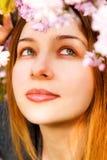 Aromatherapy - flores que huelen de la mujer hermosa imagen de archivo libre de regalías