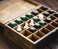 Aromatherapy istotni oleje w drewnianym pudełku Ziołowa alternatywna medycyna z istotnych olejów butelkami w drewnianym pudełku,  obraz royalty free