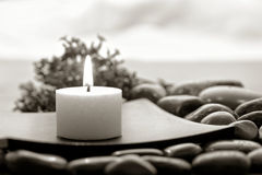 Aromatherapy Kerze im Zen spornte Badekurort an Stockfoto