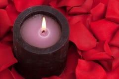 Aromatherapy Kerze und rosafarbene Blumenblätter Lizenzfreies Stockfoto