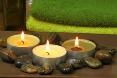 Aromatherapy Kerzen und Massagesteine im Badekurort Stockfoto
