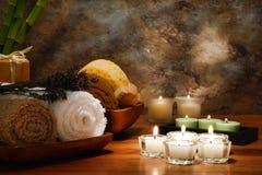 Aromatherapy Kerzen und Tücher in einem Badekurort Stockbild