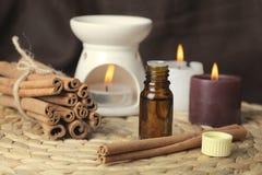 Aromatherapy - Kerzen und Zimt lizenzfreie stockbilder