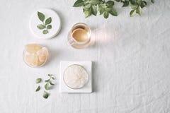 Aromatherapy Kleine glasflessen met kosmetische oli?n Het zout van het bad Vers Blad Voorwerpen voor kuuroordprocedures aangaande royalty-vrije stock fotografie