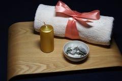 Aromatherapy in kuuroord met roze handdoek en kaars Royalty-vrije Stock Foto