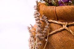 Aromatherapy: lavendel bloemen en mand Royalty-vrije Stock Afbeeldingen