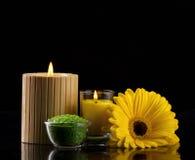 Aromatherapy med det salt stearinljushavet och blomman Arkivfoton