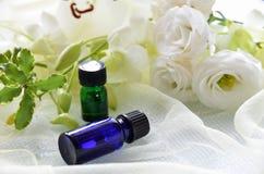 Aromatherapy oleje z białymi kwiatami Zdjęcia Royalty Free