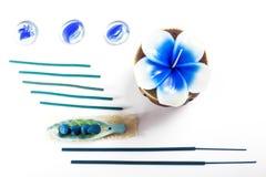 Aromatherapy plaatste met bloemkaars en wierook Royalty-vrije Stock Foto's