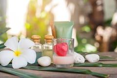 Aromatherapy product spa του μασάζ θεραπείας με τα λουλούδια plumeria ή frangipani, τις πέτρες, το κερί αρώματος και το πετρέλαιο στοκ εικόνα
