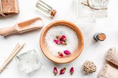 Aromatherapy SPA θέστε με την αλατισμένη και φυσική τοπ άποψη υποβάθρου πετρελαίου άσπρη Στοκ εικόνες με δικαίωμα ελεύθερης χρήσης