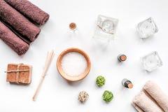 Aromatherapy SPA θέστε με την αλατισμένη και φυσική τοπ άποψη υποβάθρου πετρελαίου άσπρη Στοκ Εικόνα