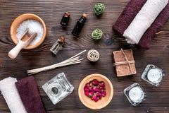 Aromatherapy SPA θέστε με την αλατισμένη και φυσική τοπ άποψη υποβάθρου πετρελαίου ξύλινη Στοκ Φωτογραφίες