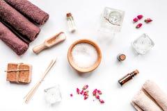 Aromatherapy SPA θέστε με την αλατισμένη και φυσική τοπ άποψη υποβάθρου πετρελαίου άσπρη Στοκ φωτογραφία με δικαίωμα ελεύθερης χρήσης