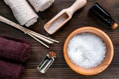 Aromatherapy SPA θέστε με την αλατισμένη και φυσική τοπ άποψη υποβάθρου πετρελαίου ξύλινη Στοκ εικόνες με δικαίωμα ελεύθερης χρήσης