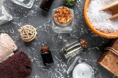 Aromatherapy SPA θέστε με την αλατισμένη και φυσική τοπ άποψη υποβάθρου πετρελαίου σκοτεινή Στοκ Φωτογραφία