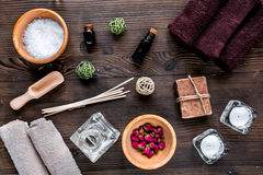 Aromatherapy SPA θέστε με την αλατισμένη και φυσική τοπ άποψη υποβάθρου πετρελαίου ξύλινη Στοκ Εικόνες