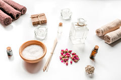 Aromatherapy SPA θέστε με το αλατισμένο και φυσικό άσπρο υπόβαθρο πετρελαίου Στοκ εικόνα με δικαίωμα ελεύθερης χρήσης
