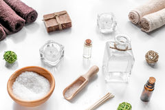 Aromatherapy SPA θέστε με το αλατισμένο και φυσικό άσπρο υπόβαθρο πετρελαίου Στοκ φωτογραφία με δικαίωμα ελεύθερης χρήσης
