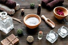 Aromatherapy SPA θέστε με το αλατισμένο και φυσικό ξύλινο υπόβαθρο πετρελαίου Στοκ φωτογραφία με δικαίωμα ελεύθερης χρήσης