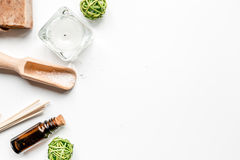 Aromatherapy SPA θέστε με το αλατισμένο και φυσικό πετρελαίου άσπρο πρότυπο άποψης υποβάθρου τοπ Στοκ εικόνα με δικαίωμα ελεύθερης χρήσης