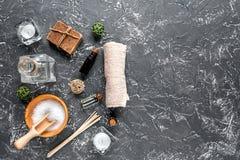 Aromatherapy SPA θέστε με το αλατισμένο και φυσικό πετρελαίου σκοτεινό πρότυπο άποψης υποβάθρου τοπ Στοκ Εικόνα