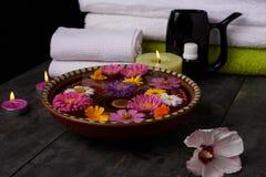 Aromatherapy spa σαλόνι - εργαλεία σε έναν ξύλινο πίνακα Στοκ Εικόνα