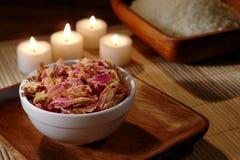 aromatherapy stearinljus torkade blommapetals Arkivfoton