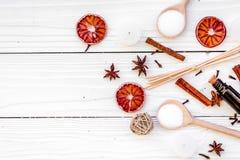 Aromatherapy voor ontspant concept Kuuroordzout, kaarsen en olie met kruidenkaneel, badian en citrusvrucht op witte houten stock foto's