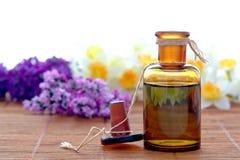 Aromatherapy wesentliches Schmieröl-Flasche in einem Badekurort Lizenzfreies Stockfoto