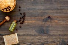 Aromatherapy y concepto del balneario Sal del balneario con olor del café cerca del jabón y lufa en copia de madera oscura de la  fotografía de archivo libre de regalías