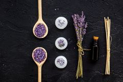 Aromatherapyen för kopplar av begrepp Filial, brunnsort är salt som är olje- och stearinljus för lavendel som på bästa sikt för s Fotografering för Bildbyråer