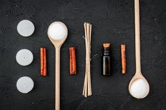 Aromatherapyen för kopplar av begrepp Salta Spa, stearinljus och olja med kryddor som är kanelbruna på bästa sikt för svart bakgr Royaltyfri Bild