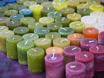 Aromatherapyen undersöker colorfull i en marknad Royaltyfria Bilder