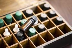 Aromatherapyetherische oliën in houten doos Kruiden alternatieve geneeskunde met etherische oliënflessen in houten doos, gezonde  royalty-vrije stock foto
