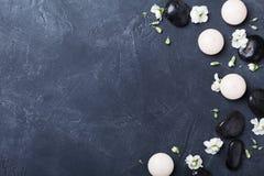 Aromatherapysamenstelling verfraaide bloemen op zwarte steen hoogste mening als achtergrond Schoonheidsbehandeling, kuuroord en o Stock Afbeelding