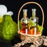 Aromatic spa έννοια του ουσιαστικού πετρελαίου μπουκαλιών στο καλάθι, λουλούδι, Στοκ φωτογραφία με δικαίωμα ελεύθερης χρήσης