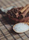 Aromatic spa καφές που τίθεται με τα ραβδιά άλατος και κανέλας θάλασσας Στοκ φωτογραφίες με δικαίωμα ελεύθερης χρήσης