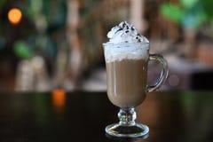 Aromatisch Latte-Irish coffee met Schuimende Room in een Glas stock fotografie