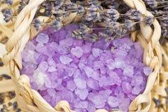 Aromatische Badesalz- und Lavendelblumen Stockfoto
