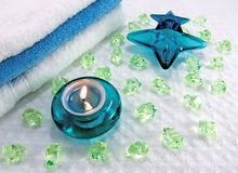 Aromatische badkaars, kristallen en parfum stock afbeelding