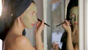 Aromatische botanische Kosmetik Getrocknete Krautblumenmischung, Gesichtsschlammlehmmaske, Öle, Bürste anwendend Holistisches Krä stock footage