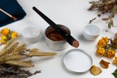 Aromatische botanische schoonheidsmiddelen De droge kruiden bloeit mengsel, het gezichtsmasker van de modderklei, oliën, die bors royalty-vrije stock foto's