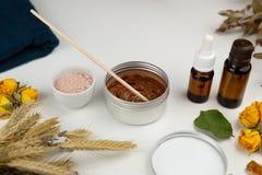 Aromatische botanische schoonheidsmiddelen De droge kruiden bloeit mengsel, het gezichtsmasker van de modderklei, oliën, die bors royalty-vrije stock afbeeldingen