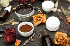 Aromatische botanische schoonheidsmiddelen Het droge mengsel van kruidenbloemen, aromatische die eigengemaakt schrobt deeg van ko royalty-vrije stock afbeelding