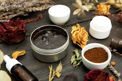 Aromatische botanische schoonheidsmiddelen Het droge mengsel van kruidenbloemen, aromatische die eigengemaakt schrobt deeg van ko stock afbeeldingen