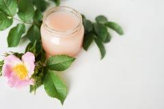Aromatische cosmetischee producten op de witte ruimte van het lijstexemplaar De glasfles met uittreksel, tonicum met bloembloembl royalty-vrije stock foto's