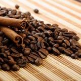 Aromatische de koffiebonen van het handvol met kaneel Stock Afbeelding
